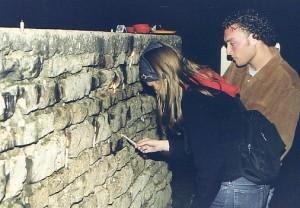 Kerzen in der Mauer: Hoffnungszeichen
